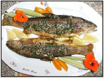 Kuchnia Betti: Aromatyczny pstrąg ze świeżym czosnkiem i pietruszką