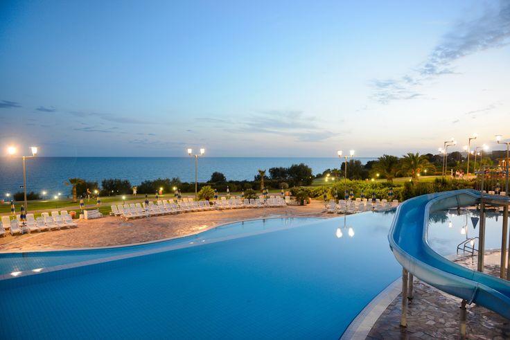 Il Serenusa Village è un Club Vacanze a 4 stelle direttamente sulla spiaggia di Licata (Agrigento), a 52 Km dalla città di Agrigento e a 42 chilometri dalla Valle dei Templi. Si estende su una terrazza naturale a 15 metri sul livello del mare.