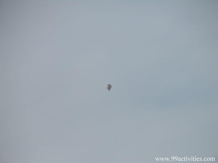 Podozrenie sa potvrdilo .. Niekto nás špehuje. Posádka balóna, ktorý prelieta nad nami, má na hlave prilby, aby skryla svoju totožnosť..
