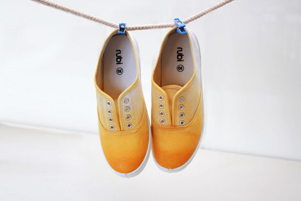 Dip-dyed sneakers with a pretty yellow shade and a subtle ombre effect. I love the yellow they chose for this tutorial!