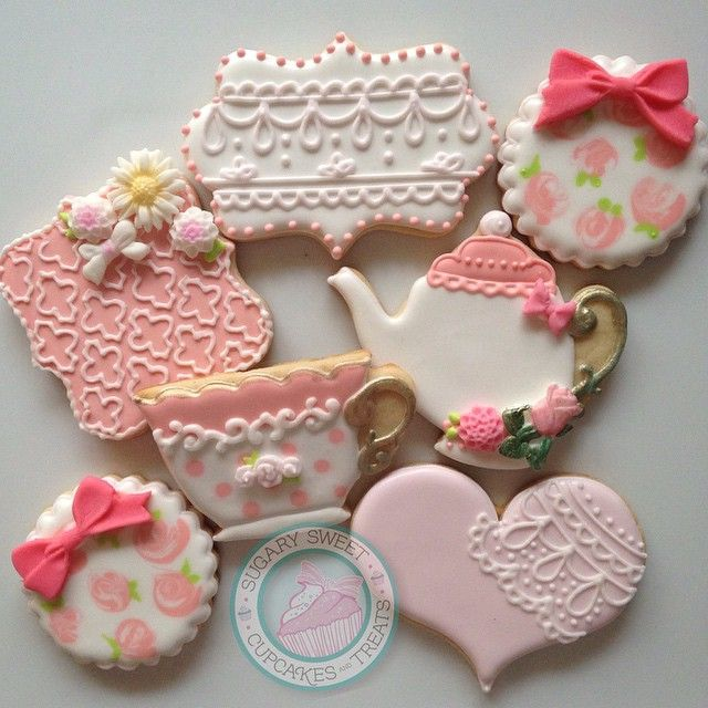 """""""For a tea party this beautiful Saturday morning  @sweetheart_and_soul happy birthday jasmine  Flower molds by @howsweetisthat  Bow molds by…"""""""
