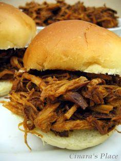 """Pulled Pork Esta é mais uma receita da categoria """"sanduíches americanos típicos"""": carne  de porco desfiada servida em pães de hambúrguer. ..."""