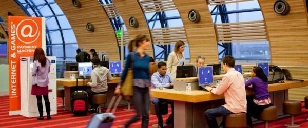 Secondo uno studio  effettuato dall' Airports Council International-Europe (che riunisce 400 aeroporti in 46 paesi),  il 98,7% degli aeroporti dell'Unione Europea   offrono un connessione  a Internet  ai viaggiatori e la meta in forma gratuita.    Gli aeroporti utilizzano principalmente  i social media per comunicare e interagire in cinque ambiti specifici: comunicazione istituzionale (89%), promozioni commerciali (82%), comunicazione di crisi (87%), costruzione di relazioni informali (74%)