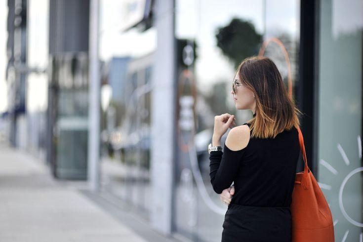 all-black-street-style #orangebag #sombre #ombre #mirrorsunglasses