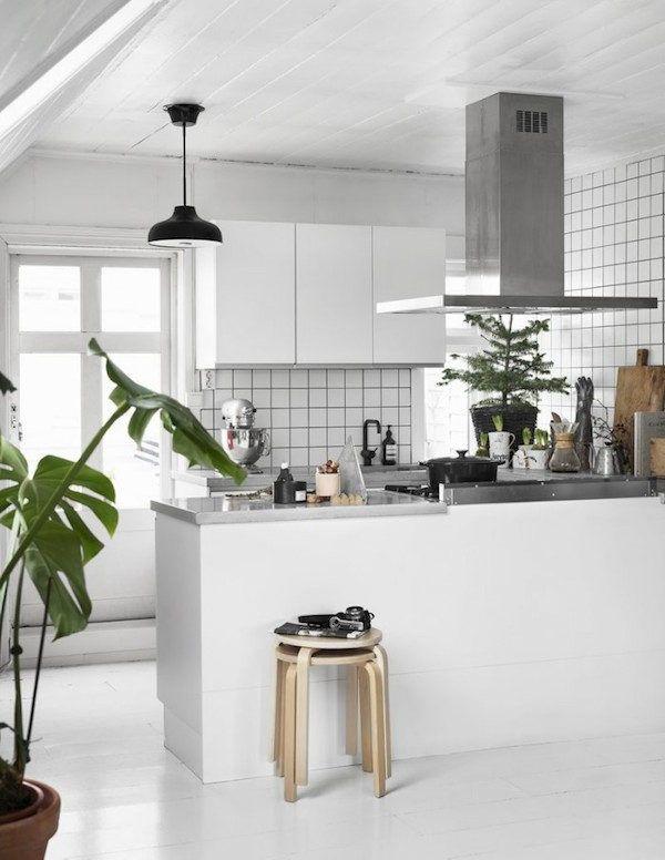 Kitchen in the lovely Norwegian home of Per Olav Sølvberg decorated for Christmas. Photography: Kristofer Johnsson / Residence