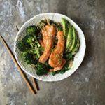 Mat På Bordet | En matblogg med oppskrifter fra morgen til kveld | TERIYAKILAKS MED GRØNNKÅL, BROKKOLI OG AVOKADO