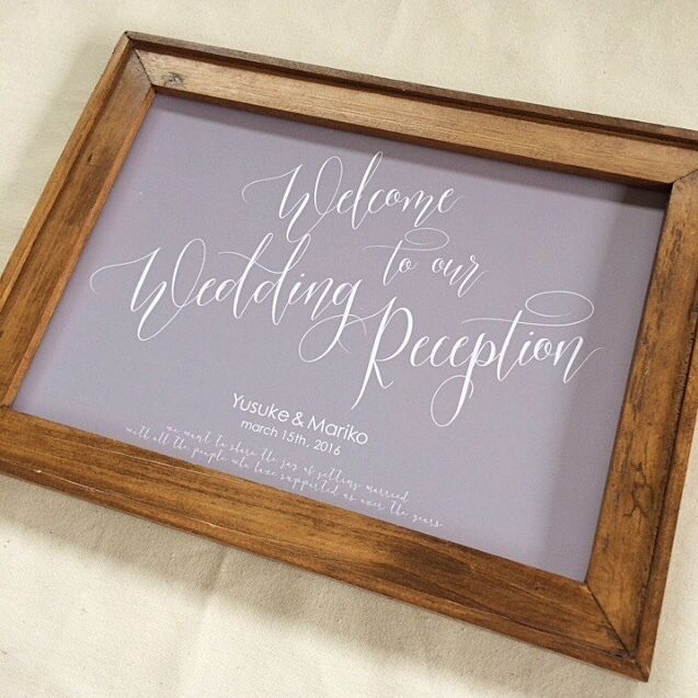カリグラフィーを大胆にデザインしたウェルカムボード。大人weddingがテーマです。新郎新婦様のお名前と挙式日をお入れします♡ ーーーー ☑️仕様 ーーーー ❶サイズ A4 ※額はついていません ❷デザイン レイアウトの変更は出来ません。 ※タイトルのReceptionの部分をPartyやCeremonyに変更可能です。変更ご希望の方は備考欄よりお知らせ下さい。 ❸印刷用紙 厚口マット紙(官製ハガキと同程度) ❹梱包 クリアファイル+OPP+封筒 ❺発送 お支払い後、発送まで最大7日間かかる場合がございます。発送方法は普通郵便orゆうパケット。 ※お急ぎの方は別途料金にてお急ぎ対応致しますので、お問い合わせフォームよりご連絡ください。 ーーーーーー ☑️文字入れ ーーーーーー ご注文時の備考欄に下記の情報をご記載ください。 ❶新郎新婦様のお名前(平仮名とローマ字) ❷日付(⚫︎年⚫︎月⚫︎日)