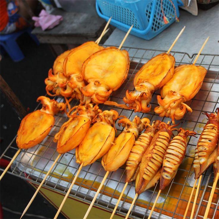 """Ночные ярмарки на Самуи - рай для любителей морепродуктов.  Тут морские гады представлены во всех ипостасях на любой вкус и стоимость.  От мелких кальмаров и мидий до больших и вкусных морских карпов.  Для гурманов - даже мечехвосты есть :))) Омномном! Приезжайте и попробуйте все сами!  А какой ваш любимый """"дар моря""""? #еда #морепродукты #инстаеда #кальмары #гриль #aboutsamui #thailand #samui #эбаутсамуи #самуи #таиланд"""