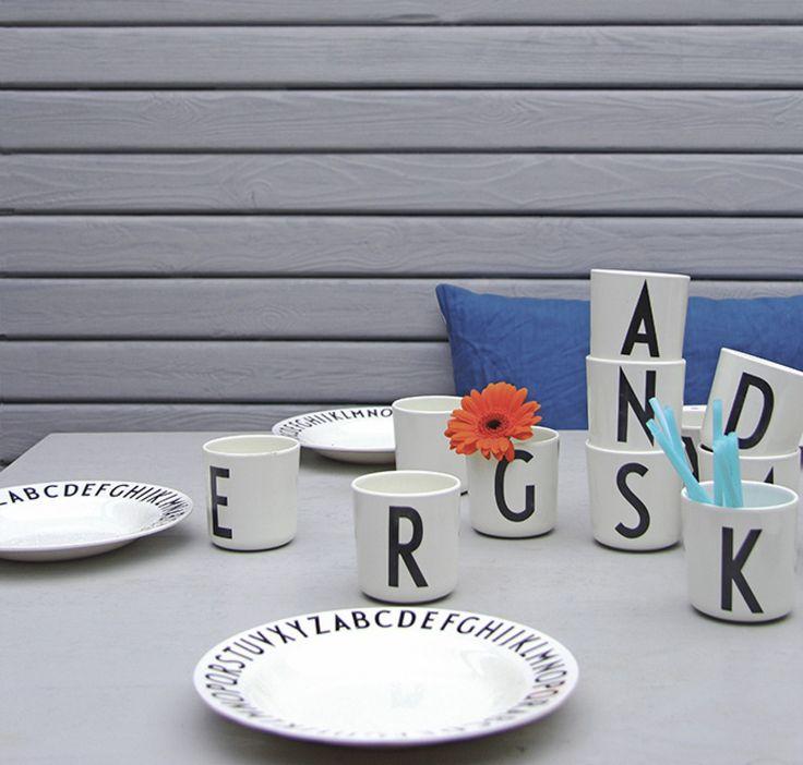 Sedan tidigare har vi haft fina porslinsmuggar med bokstäver i Arne Jacobsens klassiska typografi på lager i vår webbshop. Nu har vi även fått hem de lite mindre muggarna i det tåliga materialet melamin. De är perfekta även för barn då de tål mer än porslin. Finns även matchande tallrikar, även dessa i melamin. Den perfekta presenten till barn och så klart även designintresserade vuxna.