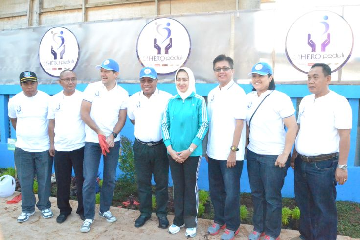 Walikota Tangerang Selatan & Presdir PT Hero Supermarket Tbk serta jajaran eksekutif Hero Group menanam bibit pohon di Kel. Jurang Mangu Barat #HeroGreenAction