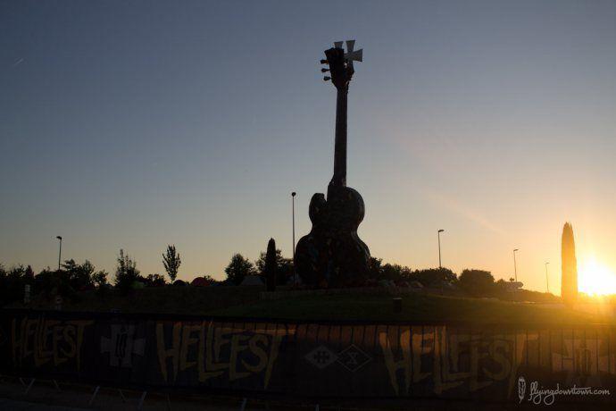 La guitare disposée juste à l'entrée du site du Hellfest