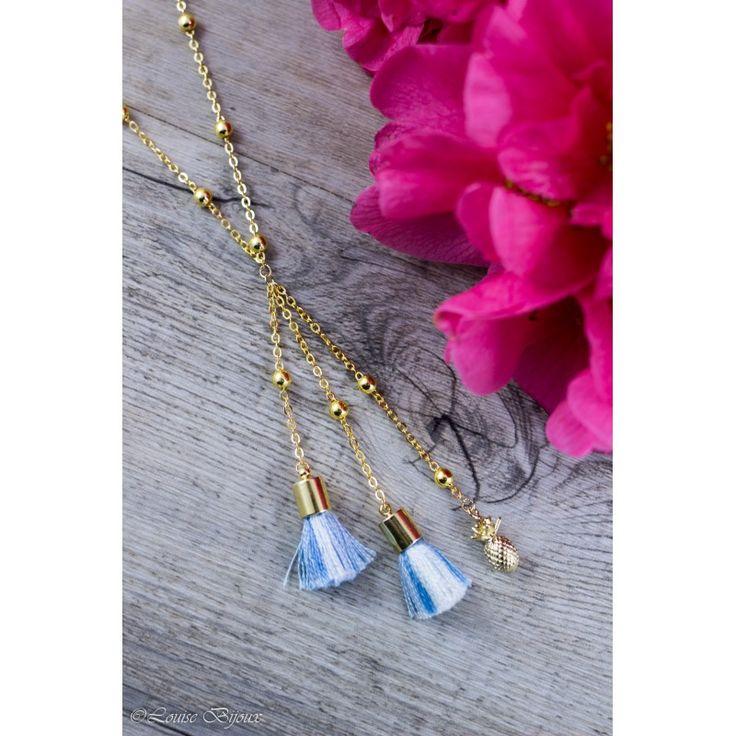 Collier ANANAS composé d'un petit pendentif ananas et de deux pompons en coton de couleur bleue. Chaque élément est monté sur son élégante chaîne à bille, et se rejoint sur une chaîne tour de cou