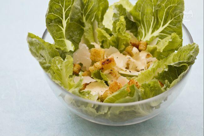La Caesar salad è una celebre insalata creata dallo chef italiano Cesare Cardini, il quale, emigrato negli Stati Uniti, creò  questa insalata divenuta poi famosa in tutto il mondo.