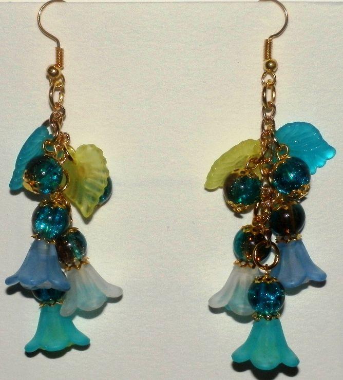 Versione in azzurro degli orecchini di lucite.
