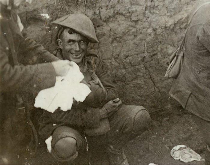 Während der Schlacht in Courcelette 1916 wurde diese Foto von einem Soldaten im Schützengraben gemacht. Der Soldate leidete an einer Neurose, die zu Angst, Panik und oft zu totalem Kontrollverlust führt.