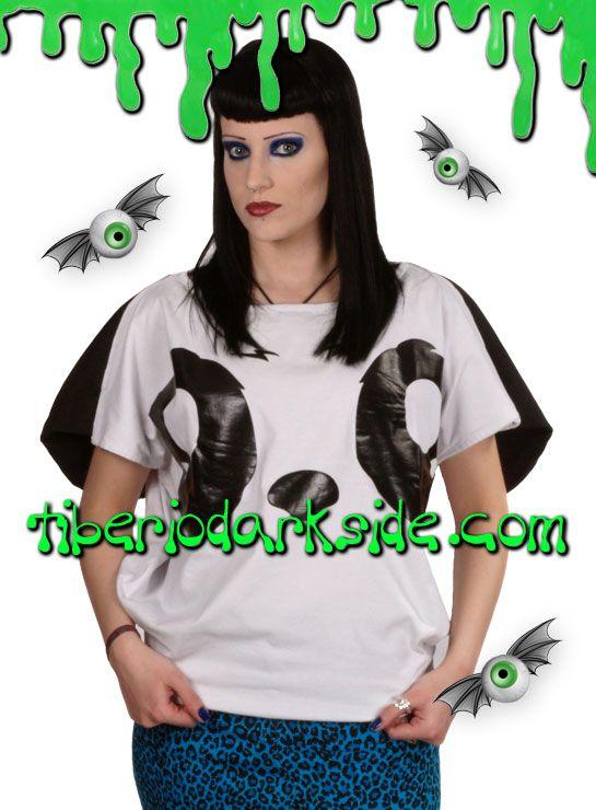 Camiseta emo con cara de oso panda y orejas en los hombros que se pueden llevar hacia delante o detrás. El patrón de la camiseta es redondo para que quede ancha. Colección Killer Panda de Poizen Industries. Material: algodón.  COLOR: BLANCO/NEGRO TALLAS: S, M, L  S - talla 38 M - talla 40 L - talla 42