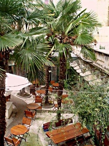 La Place de la Comédie Point central de la ville, cette place surnommée aussi «l'œuf» à cause de la forme ovoïde des pierres qui entourent la Fontaine des Trois Graces…