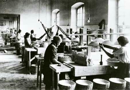 Tányér-korongolás a pécsi Zsolnay gyárban, 1930-as évek.  Fotó: Magyar Nemzeti Múzeum / http://goo.gl/nKWXiJ