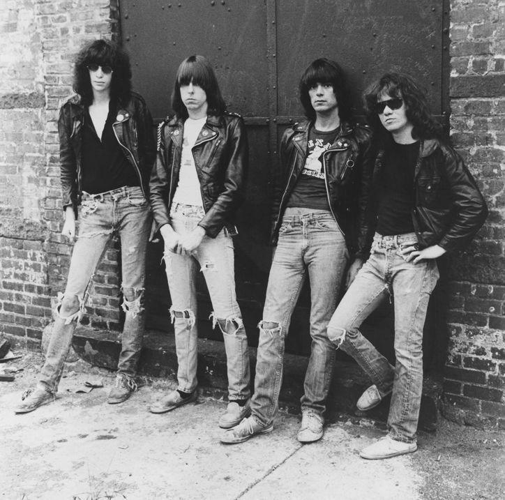 """Jeans que fizeram moda: Detonado  Ainda nos anos 70, os jeans detonados, rasgados e manchados foram popularizados. Na capa do disco """"Rocket to Russia"""" (1977) do Ramones, as calças combinadas com jaqueta de couro alinhavavam o visual punk que se estendeu pelos anos 80"""