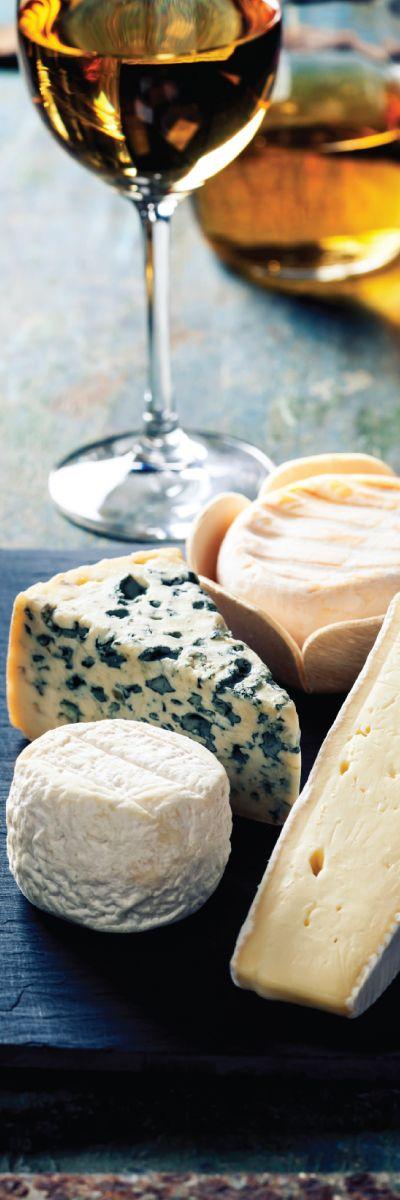 Vin og ostkveld for to er en smakfull gave som gir ny kunnskap og spennende kombinasjoner! En opplevelse som passer utmerket til dem som har alt.