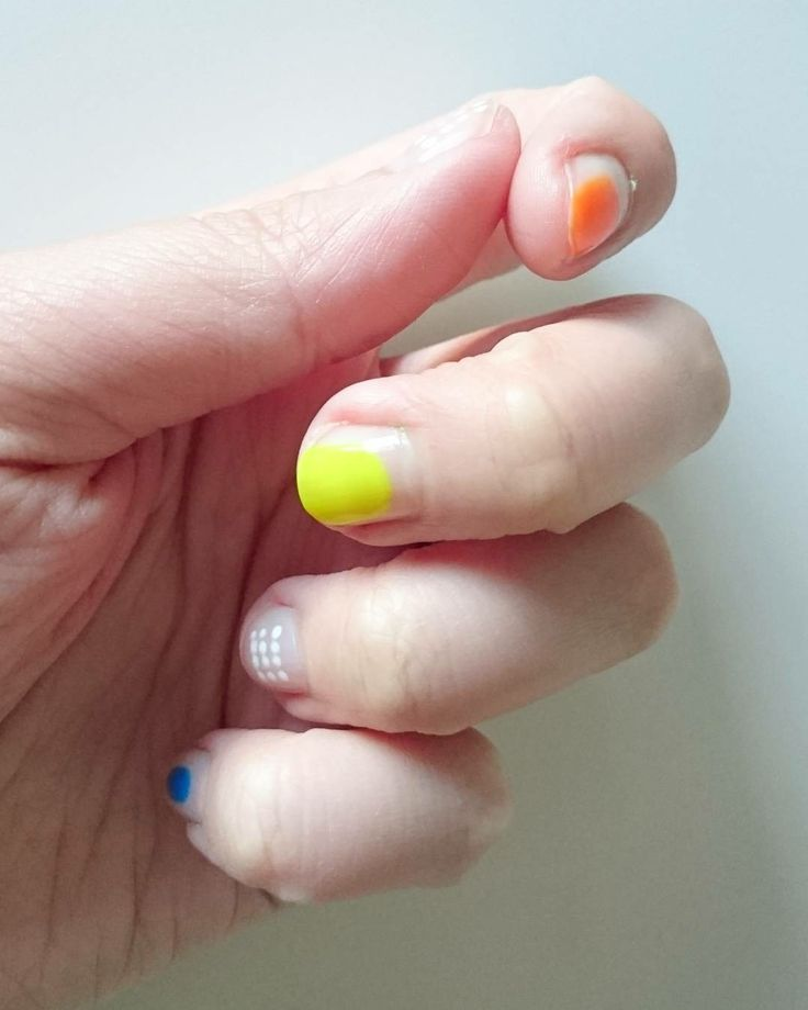 DIY nails, minimalistic manicure.