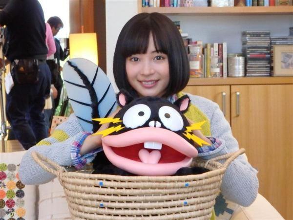 東京ガスの「エネファーム」のCMに出演する女優でモデルの広瀬すずさんと電気ウナギイヌ(cFujio Akatsuka)