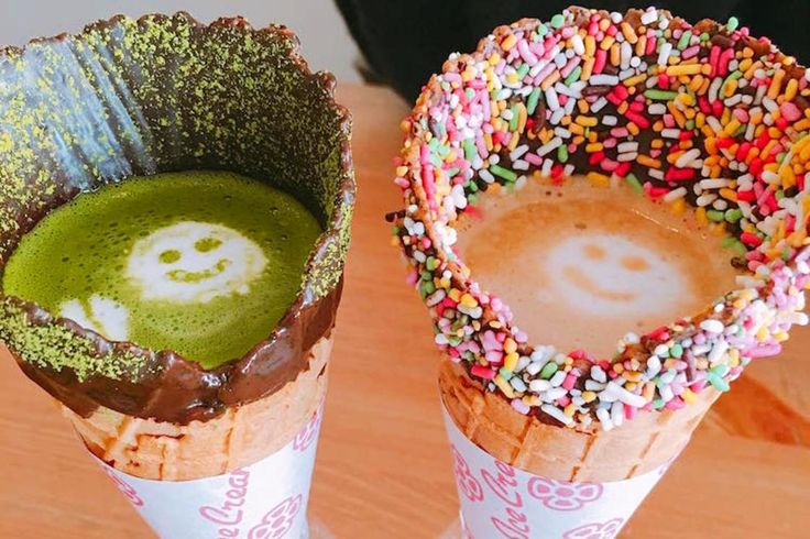 This is Coffee in a Cone, a new trend launched by Coffee Cone, based in Tokyo. This Japanese café had the brilliant idea to serve its teas, coffees and othe