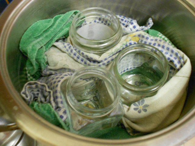 2) avvolgere i vasetti con il canovaccio