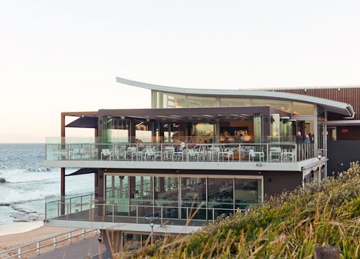 The Merewether Surfhouse , NewCastle. http://thedesignfiles.net/2012/05/newcastle-city-guide/ Dine on the beach