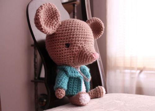 Fransisco fancy little mouse from crochetisforlovers.com