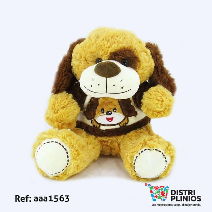 Hermoso Perro De Peluche Pequeño con saco de rostro de un Perro , de color cafe claro, con sonido, ideal para regalar en esta temporada. Medidas: Alto: 28 cms Largo: 24 cms Ancho: 28 cms. Los precios de nuestro sitio web son al por mayor, el costo de los productos se incrementa en compras por unidad, cualquier inquietud comuníquese al 320 3083208 o al 3423674 o visítenos en la Calle 12 B # 8a – 03 Centro, Bogotá, Colombia.