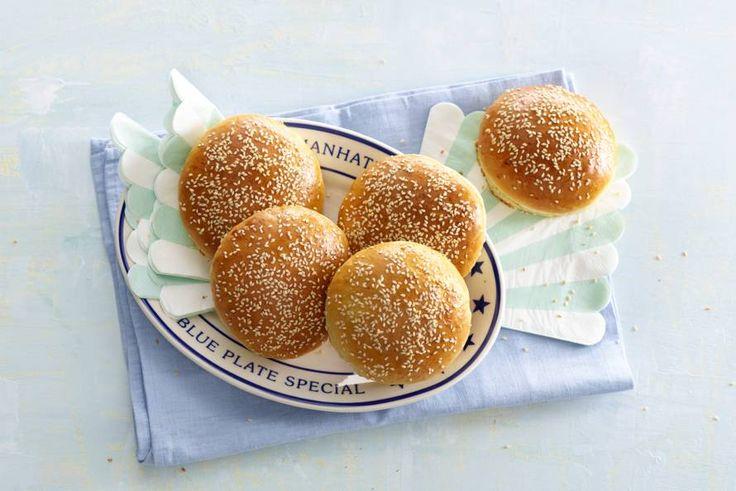 Met een zelfgebakken broodje kan je hamburger eigenlijk niet lekkerder! Recept - Hamburgerbroodjes - Allerhande