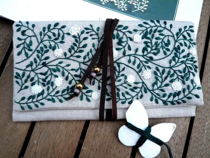 El libro de Simply stitched de Yumiko Higuchi es una fuente continua de ideas preciosas. Ya hice hace una temporada una bolsita para llevar las lentillas y una bolsa de lino que me encanta llena de flores. Ambos modelos los bordé con lanas como indica...
