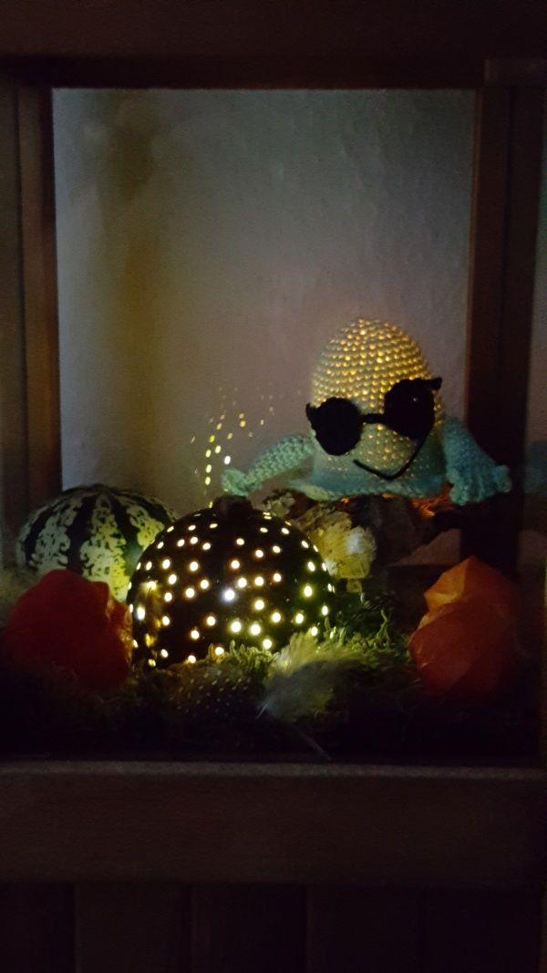 Text und Bilder by gaby Borchers    Hallo ihr Lieben,    heute möchte ich euch meine schöne und wirklich gelungene Herbst Halloween Deko zeigen, euch aber gleichzeitig bitten, diese auf keinen Fall nachzumachen :D   Nachdem Konni hier ihren superschönen Herbstteller vorgestellt hat, bekam ich richtig Lust auch eine schöne Herbstdeko zu kreieren. Meine Idee war, einen Zierkürbis auszuhöhlen,