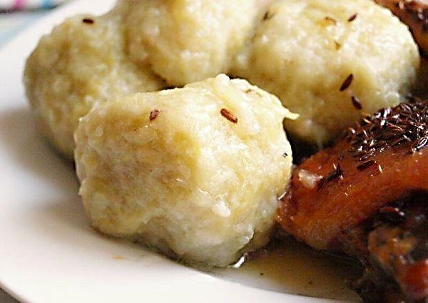Recept na Bosáky (drbáky, chlupáče). Z vařených i nevařených nastrouhaných brambor, solamylu, strouhanky a hrubé mouky vytvarované kulaté knedlíky, uvařené v osolené vodě doměkka.