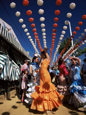 mujeres vestidas con el clásico traje de flamenca en la feria de abril de Sevilla.