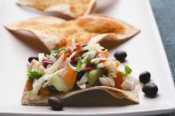 Picante ensalada de col con triángulos de tortilla de trigo entero   Un giro mexicano que se le da a un favorito de siempre. Los frijoles aportan ¡proteínas y sabor!