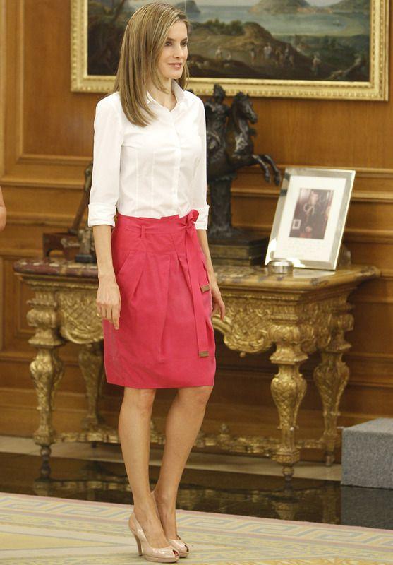 Rosa y blancoEn una audiencia en el Palacio de la Zarzuela con la Asociación de piel de Mariposa y a la Federación de Educación con Necesidades Especiales la vimos una vez más (y van tres) con esta falda en fucsia de Hugo Boss, combinada con una camisa blanca y unos peep toe nude.