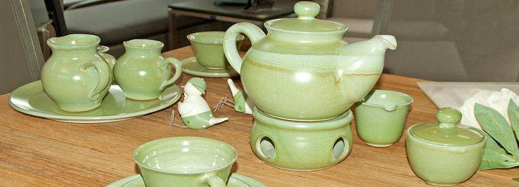 Grünes Keramikgeschirr, Teekanne mit Stövchen, Tassen, Schalen, Untertassen, Sahnekännchen und Zucherdose