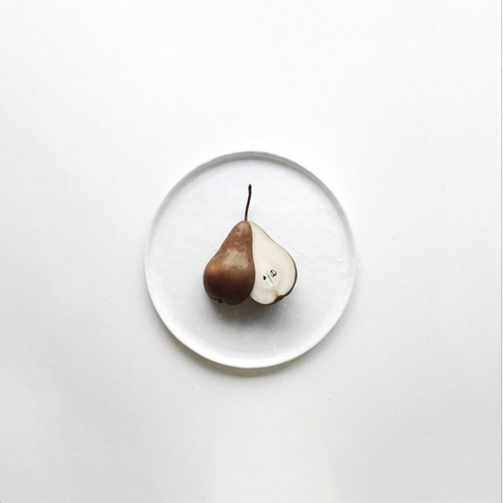 Sliced pear on white plate | fruit: pear . Frucht: Birne . fruit: poire | Food. Art + Style. Photography @ monbraee |