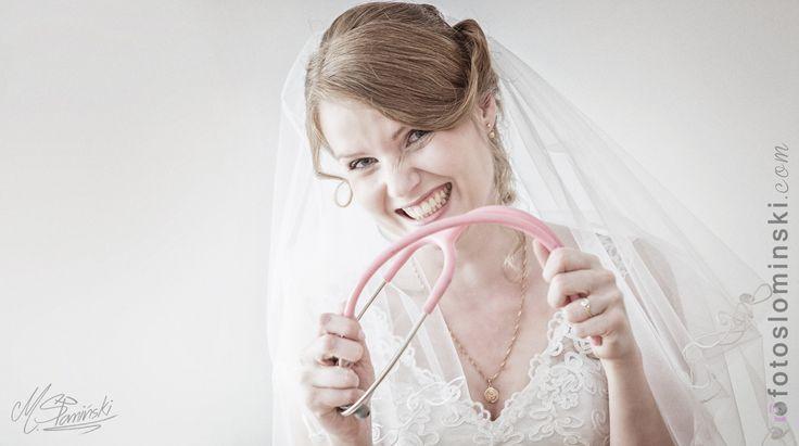 #fun #ZdjęciaSłomińskiego www.fotoslominski.pl #georgeous #bride #DrGosia :) #śmieszne #zabawne #pomysłowe #naturalne Tak było u nas w sobotę. Podczas przygotowań w domu Dr. Gosia pozowała ze swoim stetoskopem. Uwielbiam wykorzystywać do zdjęć w taszystko co w danym momencie pasuje :)