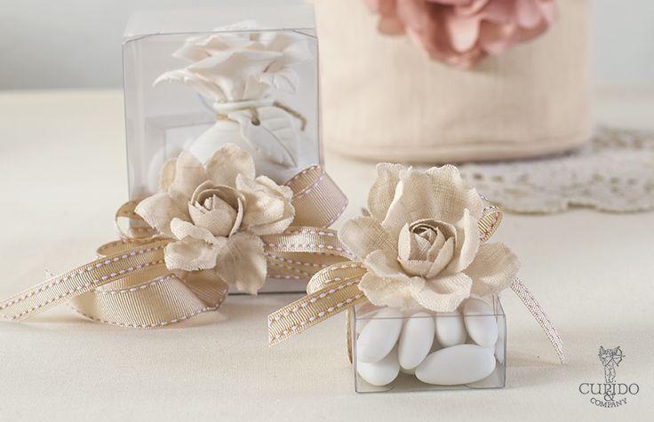Nozze Shabby Chic | Scatoline in pvc e fiori in lino dal colore naturale