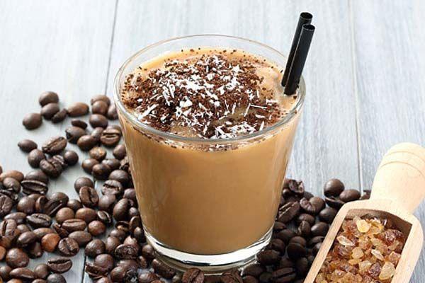 Ингредиенты: двойной эспрессо 1/3 бокала льда 100мл молока сахарный или шоколадный сироп шоколадная крошка, зернышки кофе Приготовление: Колем ледяные кубики