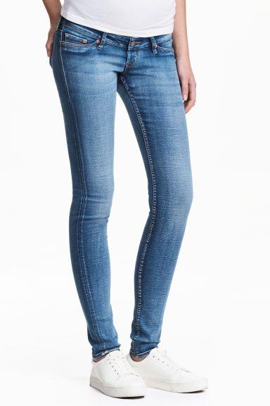 MAMA Skinny Jeans: Jean en denim extensible lavé avec détails usés. Modèle avec jambes très fines. Fausses poches devant et vraies poches dans le dos. Large bande rapportée à la taille pour un confort optimal.