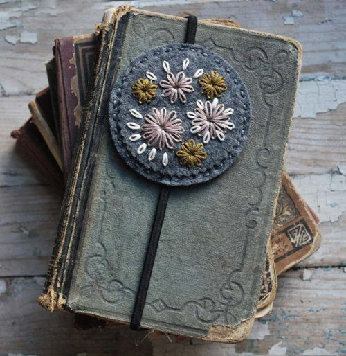 bookmark: Vintage Books, Gifts Ideas, Books Club, Cute Bookmarks, Felt Embroidery, Bookmarks Ideas, Christmas Gifts, Old Books, Felt Bookmarks