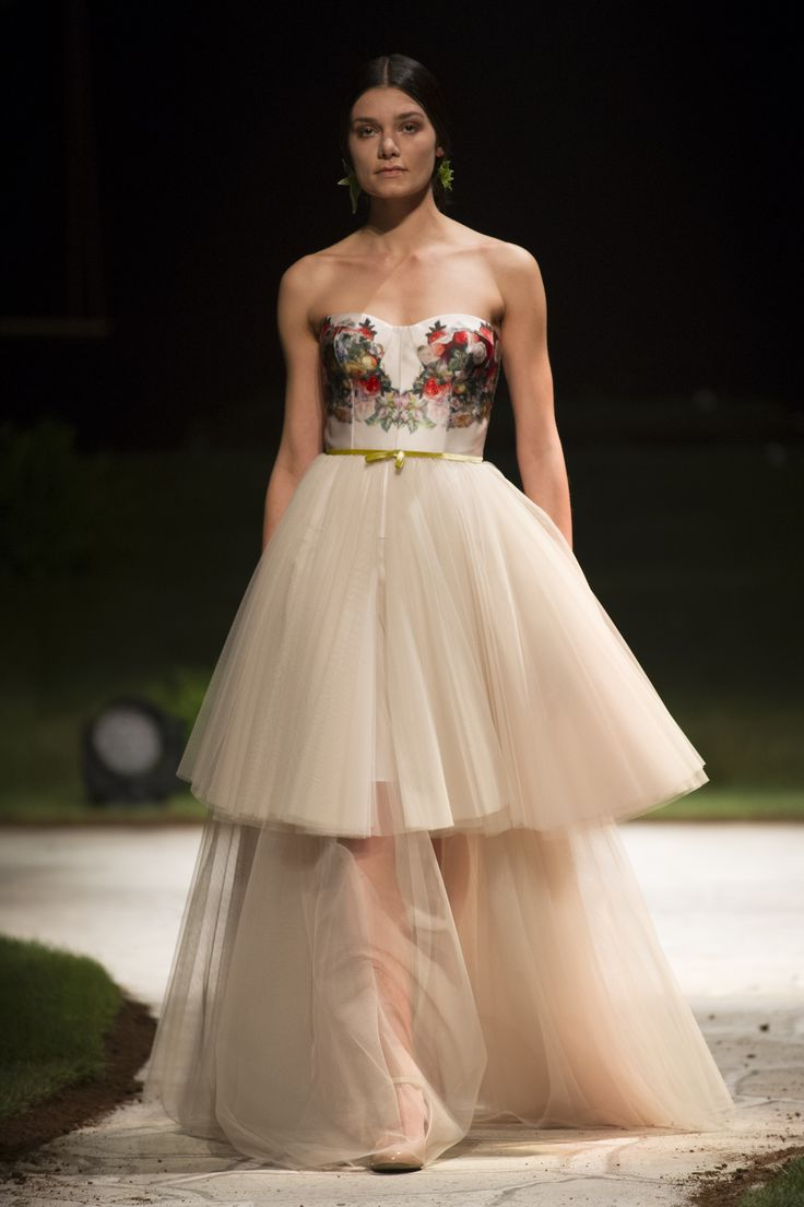 Il vestito da sposa di tulle con motivi floreali di David Fielden. / David Fielden's wedding dress of tulle with flowers.