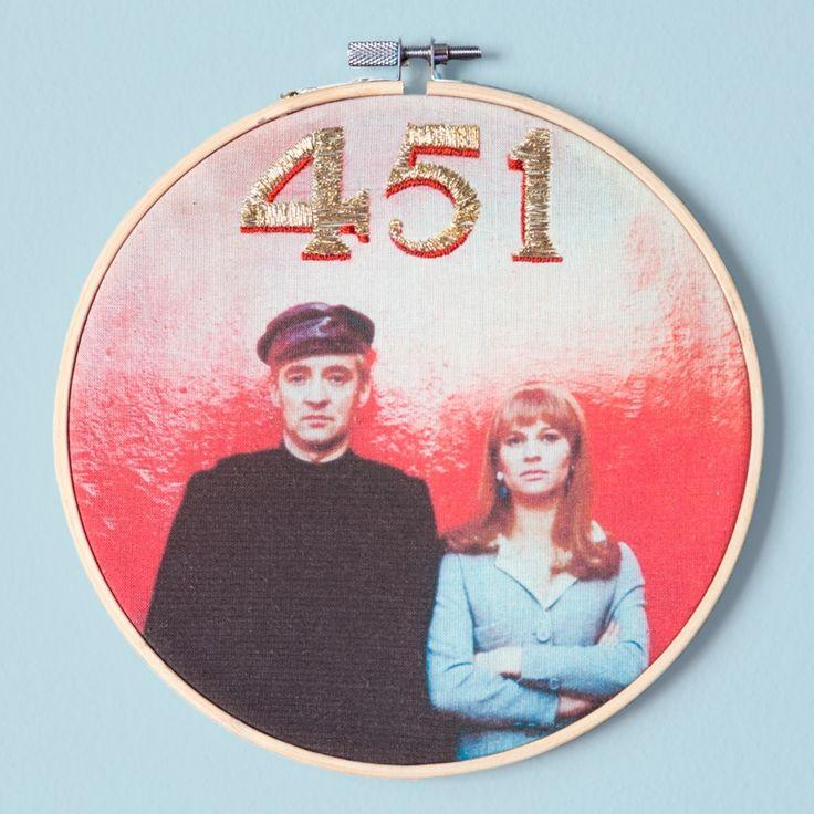 Bastidor Fahrenheit 451 bordado a mano disponible en la tienda