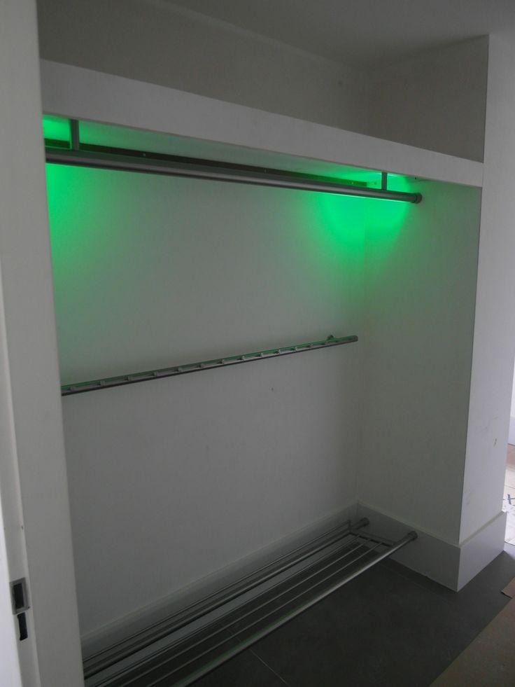 RVS maatwerk kapstok met led verlichting.- zooo handig een kapstok voor hangers - kun je veel meer op kwijt - en altijd overzichtelijk- nooit geen 3 jassen weghalen die net boven op die van jou hangen!