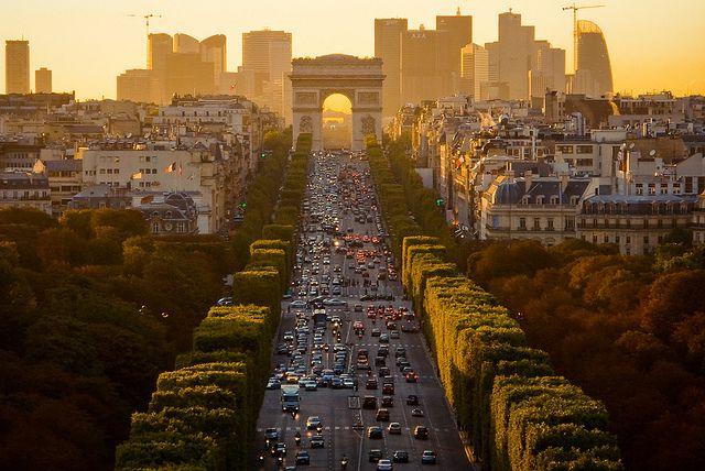 Up The Champs-Élysées, Paris (by _Vee_   flickr)