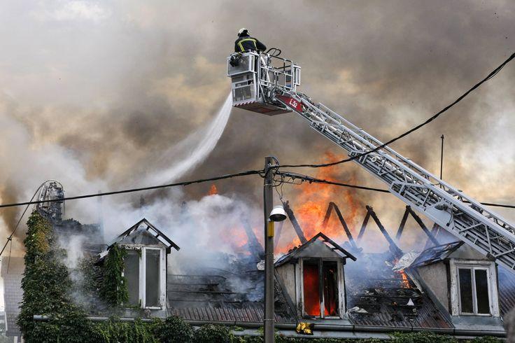 Según la Aptb Asociación Profesional, los medios de protección de #incendios de las comunidades de #viviendas (detectores de humo, mantas apagafuegos, extintores o bocas de incendio) deben ser revisados anualmente por instaladores autorizados para garantizar su correcto funcionamiento. Asegúrate que tu comunidad cumple con la legislación. #StopincendiosD https://www.facebook.com/528649900604949/photos/a.528716987264907.1073741828.528649900604949/783292485140688/?type=3&theater